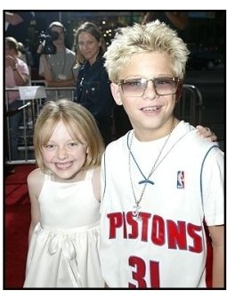 "ONE TIME USE ONLY: Dakota Fanning and Jonathan Lipnicki at the ""Uptown Girls"" premiere"