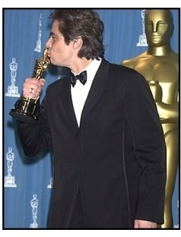 Benicio Del Toro backstage at the 2001 Academy Awards